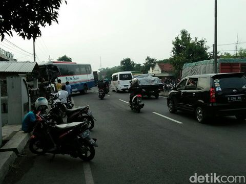 Arus lalu lintas jalur nasional Surabaya-Madiun sempat padat/