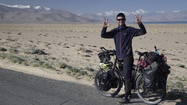 Josiah ketika sampai di Tajikistan.
