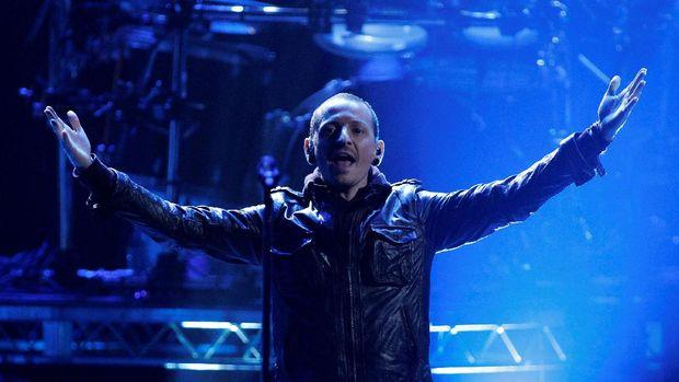 Chester Bennington mengawali karier bersama Linkin Park sejak 1999.