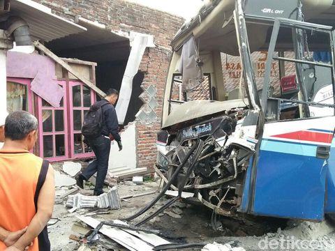 Bus Pelita Indah tabrak rumah warga di Jombang/