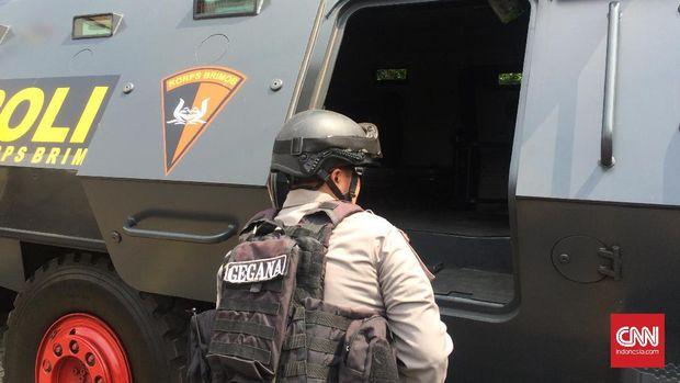 Pengecekan bagian dalam Barracuda oleh salah satu personel Satbrimob Polda Jabar. (