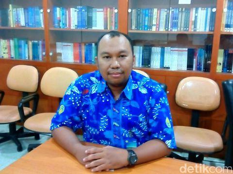 Sebagai ahli mikrobiologi, dr Lulung uniknya menyukai dunia politik.