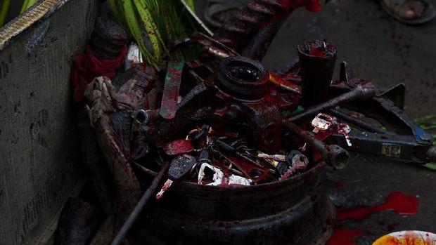 Darah anjing nantinya dilumurkan kepada benda-benda yang mengandung logam (Afolabi Sotunde/REUTERS)
