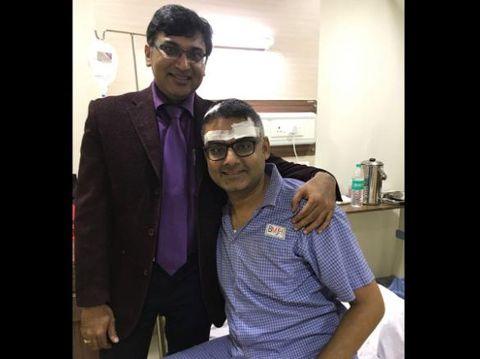 Abhishek Prasad bersama dokter yang mengoperasinya. (Foto: CNN)
