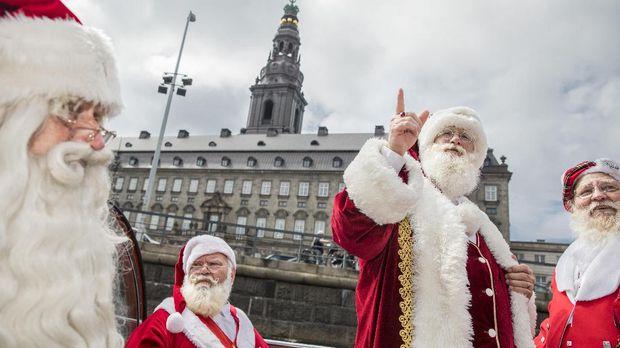 Baik Santa Claus ataupun Sinterklas melegenda di berbagai negara.