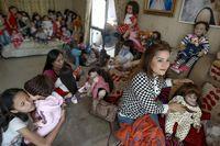 Para pemuja boneka berharap dan percaya bahwa boneka nantinya akan membawa keberuntungan (Patpicha Tanakasempipa/Reuters)