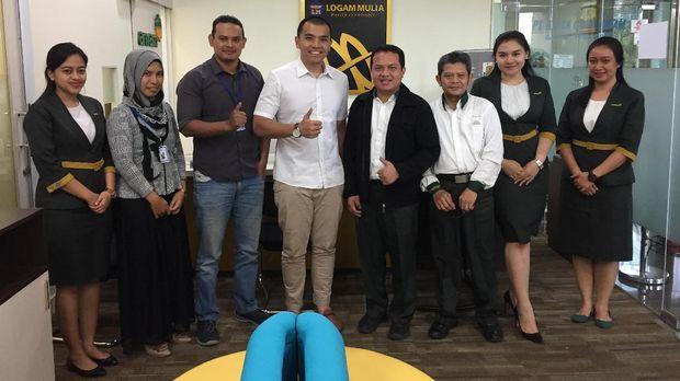 Muhammad Assad, Founder & CEO Tamasia bersama Bapak Agung, Manager Marketing PT. Antam, Tbk