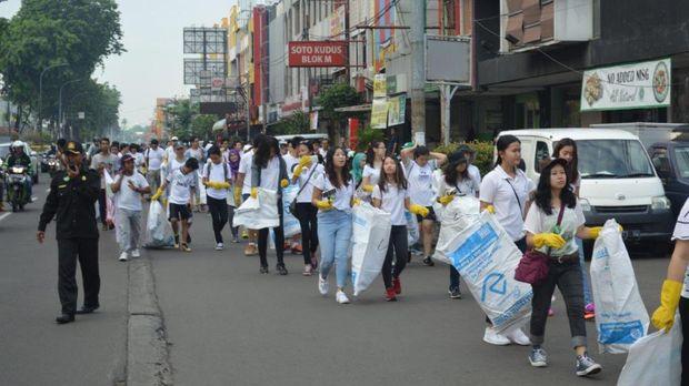 Kegiatan relawan yang membawa karung untuk memungut sampah