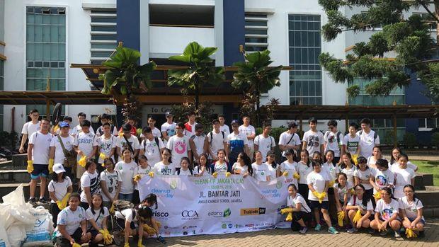 Para relawan yang ikut turun membersihkan sampah (Clean Up Jakarta Day)