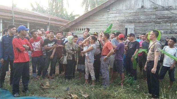 Aksi Sugiono mengundang perhatian warga