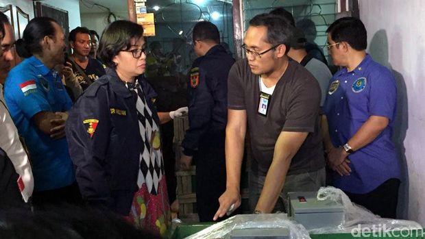 Menteri Keuangan Sri Mulyani meninjau penyelundupan 300 kg sabu di Pluit (dok/detikcom)