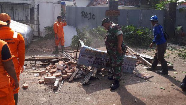 Penertiban mengedepankan cara-cara persuasif sehingga warga sukarela membongkar bangunan mereka.