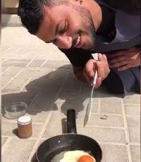 Pria di Dubai Ini Bisa Menggoreng Telur Tanpa Kompor di Jalanan