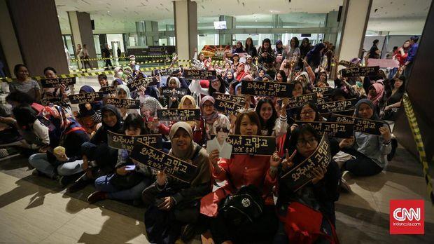 Starlight, para penggemar boyband VIXX, tengah mengantre untuk masuk ke area acara jumpa fan.