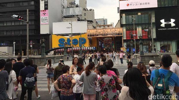 Aneka brand ternama ada di Shinsaibashi (Dadan/detikTravel)
