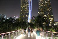 Jembatan ini punya latar Hotel Marina Bay