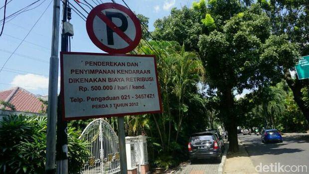 Padahal ada rambu dilarang parkir di situ.