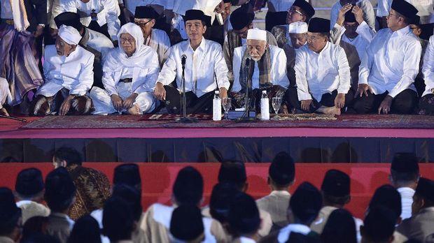 Presiden Jokowi mengadakan acara dzikir kebangsaan bersama para ulama dan santri di Istana Merdeka.