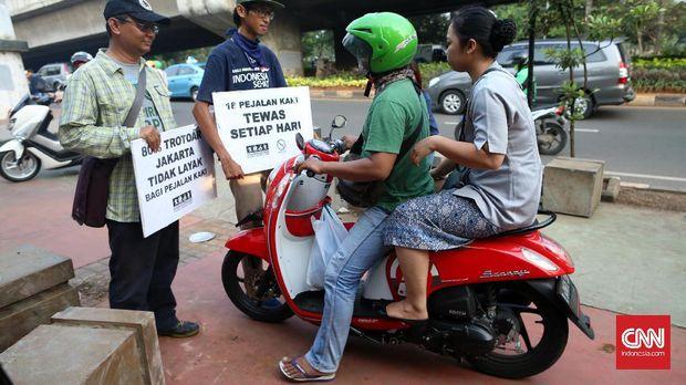 Menguntit Patroli Pejalan Kaki Sterilkan Trotoar Jakarta (EMB
