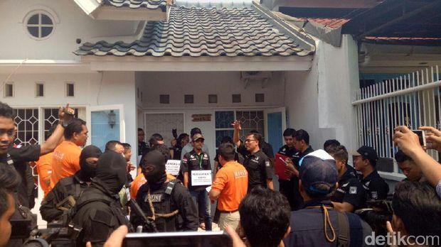 Rekonstruksi berlanjut ke perumahan Duta Garden, Cengkareng, Jakarta Barat