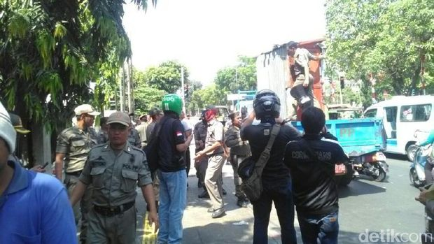 Petugas Satpol PP menyisir trotoar di sepanjang Jalan Balai Pustaka, Rawamangun.