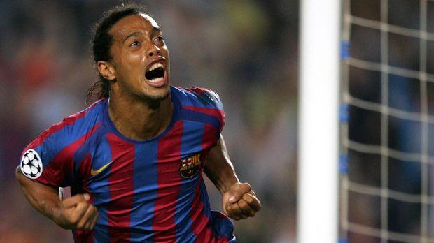 Ronaldinho saat pernah berseragam Barcelona. (