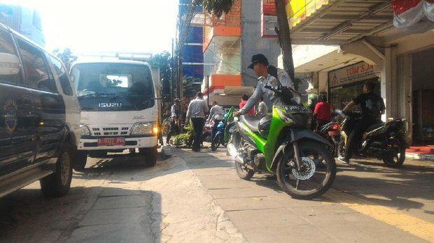 Pelanggaran di trotoar ditertibkan termasuk, parkir liar dan PKL.