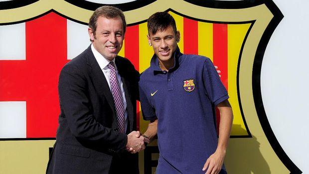 Neymar dibeli Barcelona dari Santos pada 2013.