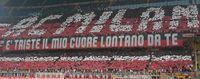 Suporter Milan memenuhi stadion San Siro.