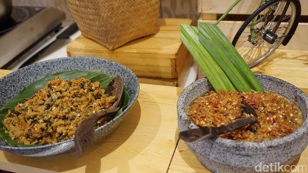Acar dan sambal kecombrang pelengkap nasi tutug oncom.