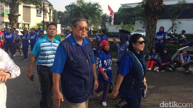 SBY dan ani Yudhoyono tampil kasual jalan sehat bersama warga
