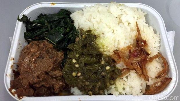 Makanan yang disajikan selama penerbangan (Aji Bagoes/detikTravel)