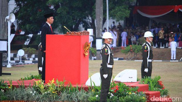 Presiden Jokowi melantik 2.014 Praja Muda IPDN di Jatinangor.