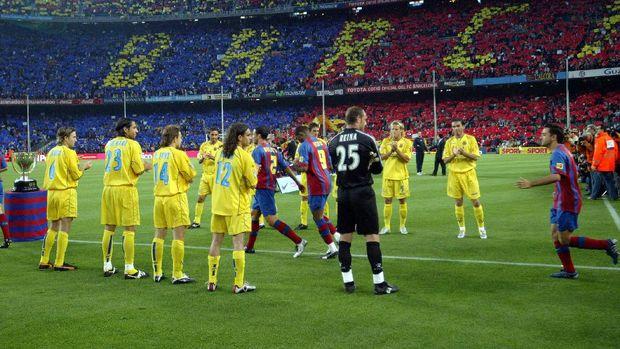 Barcelona mendapat sambutan pagar penghormatan dari Villarreal pada 2005 silam. (