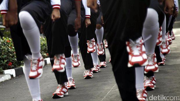 pelatih akan memperhatikan ayunan tangan hingga langkah kaki agar anggota Paskibra indah dilihat saat mengibarkan Sang Saka Merah-Putih