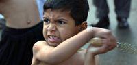 Ada anak kecil yang ikut serta di ritual ini (AFP)