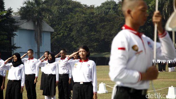 Anggota Paskibraka berlatih mengibarkan bendera merah-putih