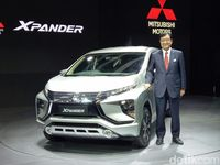 CEO Mitsubishi Motors Co Osamu Masuko berpose dengan Xpander