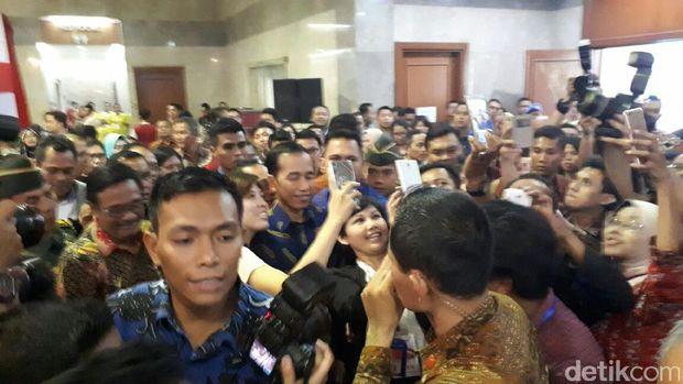 Keliling Pameran Perumahan, Jokowi Jadi Sasaran <i>Selfie</i>