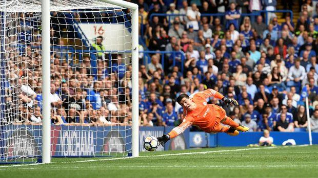 Kiper Chelsea Thibaut Courtois tak mampu menggapai tembakan Samuel Vokes.