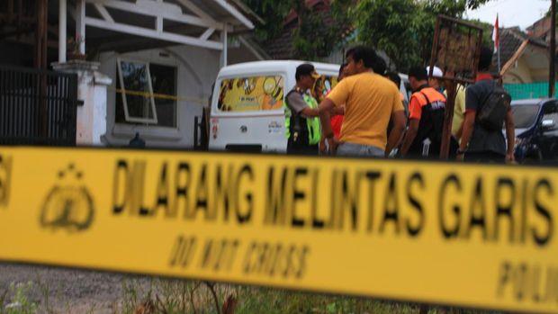 Rumah DG juga digeledah polisi.