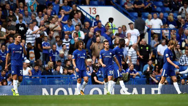 Para penggawa Chelsea tertunduk lesu setelah tertinggal 0-3 dari Burnley.