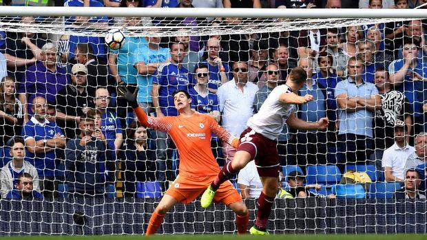 Sam Vokes sukses mencetak gol ketiga Burnley ke gawang Chelsea. Ini menjadi gol kedua bagi Vokes di babak pertama.
