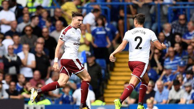 Stephen Ward (kiri) sukses mencetak gol indah ke gawang Chelsea.