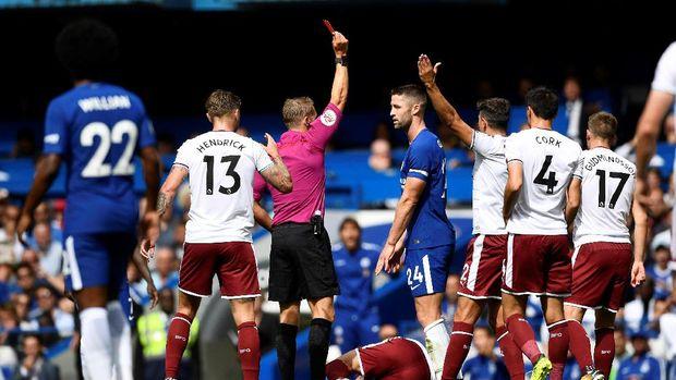 Gary Cahil dikartu merah pada menit ke-14 karena melakukan tekel keras terhadap pemain Burnley.