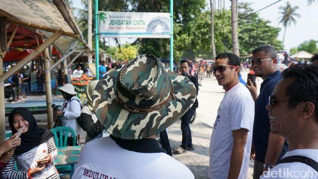 Ke Pulau Tidung, Sandiaga Bersihkan Pantai dan Ikut Balap Karung