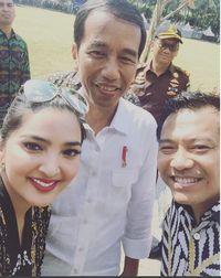 Ashanty dan Anang Hermansyah berfoto bersama Presiden Jokowi