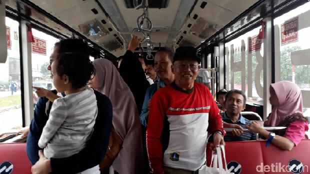 Sejumlah penumpang memadati bus TransJ koridor 13