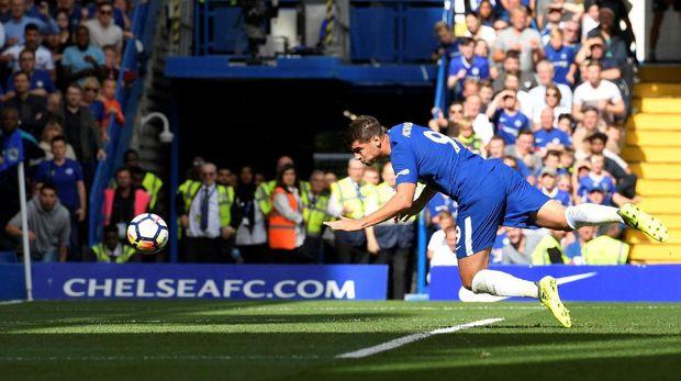 Alvaro Morata mencetak gol perdana di Liga Primer Inggris ke gawang Burnley.