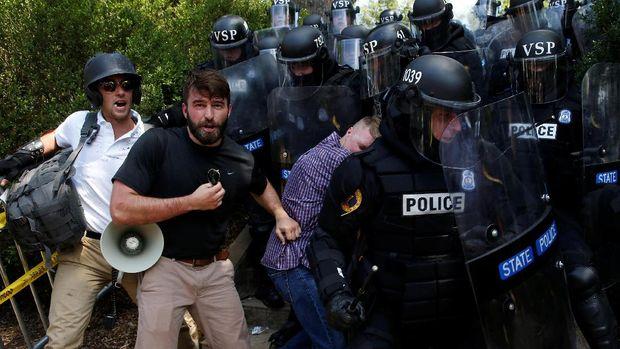 Polisi menerjunkan seribu personel untuk mengamankan bentrok di Charlottesville.